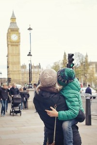 A family of mom and son are looking at Big Ben